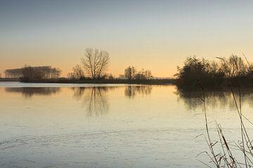 Zonsopgang aan de gedeeltelijk bevroren Boerekreek, Sint-Jan-in-Eremo, België van Nico de Lezenne Coulander