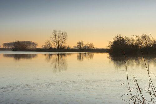 Zonsopgang aan de gedeeltelijk bevroren Boerekreek, Sint-Jan-in-Eremo, België