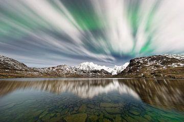 Aurora over een bergketen