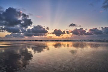 Zeegezicht met wolken boven de Noordzee van eric van der eijk