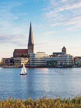Blick auf die Hansestadt Rostock mit Petrikirche, Nikolaikirche und Silohalbinsel von Rico Ködder