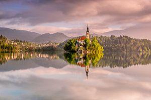 Schilderachtige spiegeling van beroemde kerk op het eiland in het meer van Bled. van