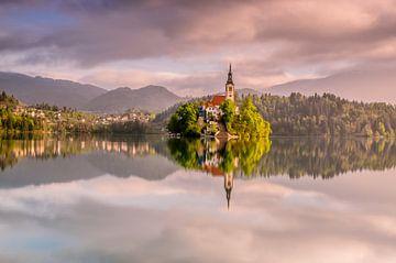 Malerisches Spiegelbild der berühmten Kirche auf der Insel im Bleder See. von Gijs Rijsdijk