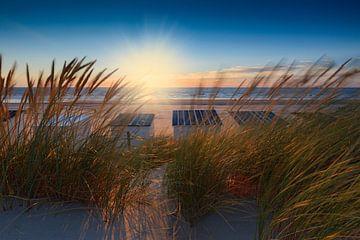 sfeervolle zonsondergang langs de Nederlandse kust van
