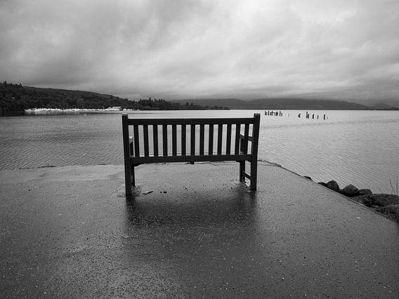 Loch Lomond bij regenachtig weer van Mark van Hattem
