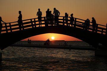 Sur le pont, en regardant le coucher du soleil, Lefkada sur