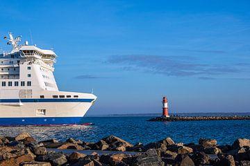 Mole an der Küste der Ostsee mit Fährschiff in Warnemünde von Rico Ködder