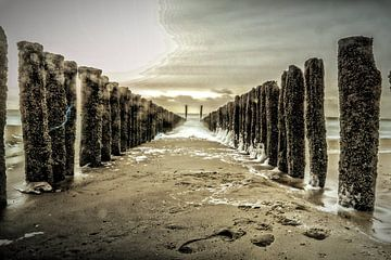 Tussen de palen op het strand van Vlissingen van