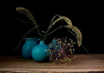 Stilleven met blauwe vazen, korenaren en uienbol