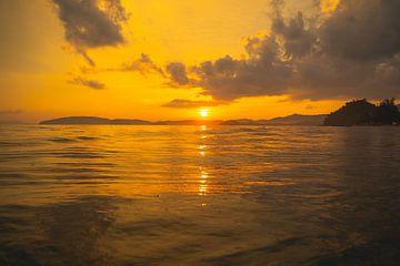 Schöner Sonnenuntergang am Strand von Aon Nang in Thailand. von Lennert Degelin