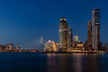 Aida Perla in Rotterdam am Abend von Edwin Muller