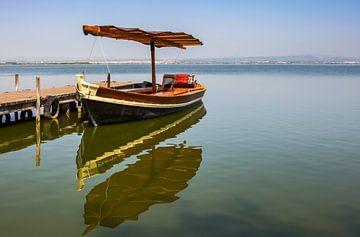 Excursieboot bij een meer in het zuiden van Spanje
