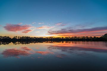 mooi stil water tijdens de zonsondergang. van Koen Lourier