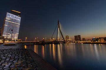 Erasmus-Brücke bei Nacht in der blauen Stunde nach Sonnenuntergang von Arthur Scheltes