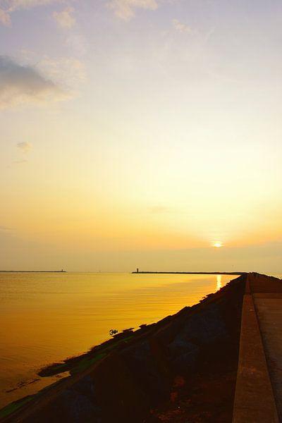 Pier bij Wijk aan Zee, zonsondergang van Ernst van Voorst