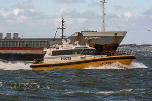 Boeg aan boeg de loodstender gaat terug naar de haven IJmuiden. van scheepskijkerhavenfotografie