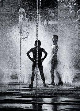 Spielen in dem Brunnen von Ipo Reinhold