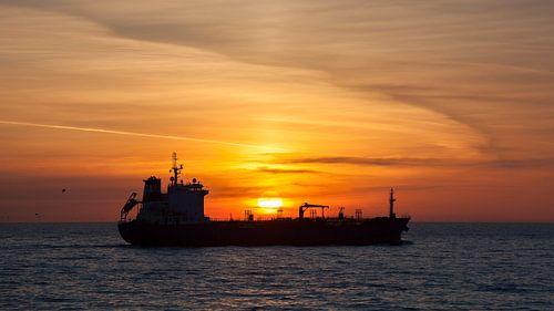 Schip bij zonsondergang van
