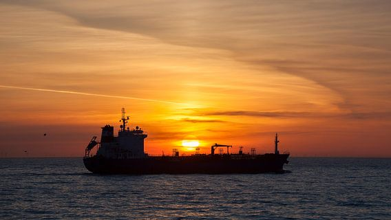 Schip bij zonsondergang van Ab Wubben
