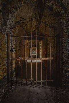 Een verlaten gevangenis in zeer slecte staat in kleur von Steven Dijkshoorn