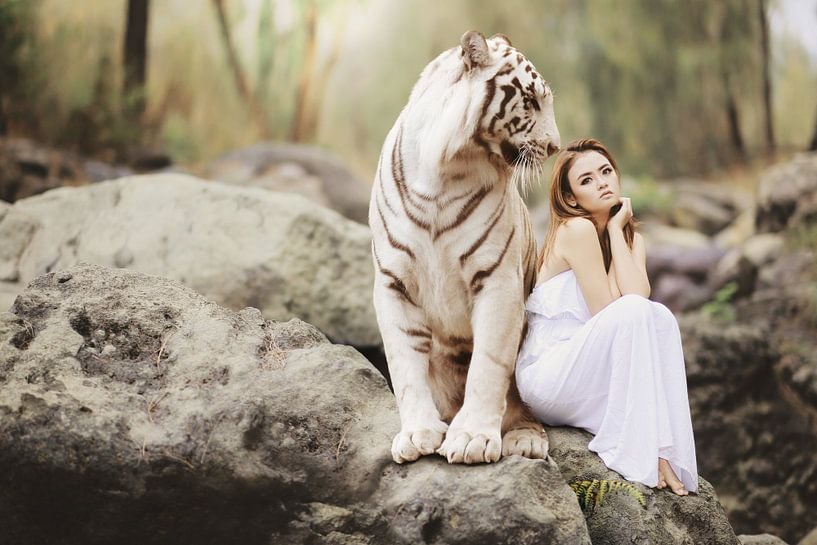Witte tijger met mooie vrouw van Sarah Richter