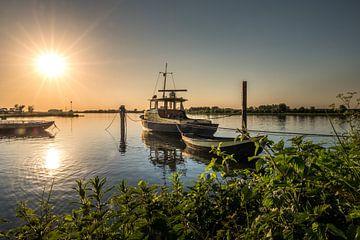 Veerbootje met zonsondergang van