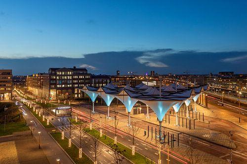 Avondsfeer bij Leidsche Rijn Centrum met de bijzondere architectuur van de OV-terminal, Utrecht