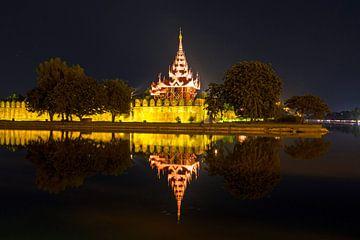 Verlichtte  pagode in Mandalay Myanmar bij avond van Nisangha Masselink
