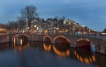 Amsterdam, Reguliersgracht en Keizersgracht bij schemer. van Maurits van Hout