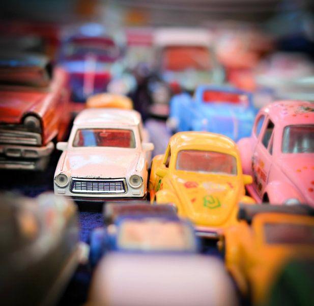 speelgoed auto's van Marja van den Hurk