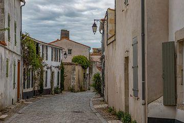 Gasse in Saint Martin de Ré, Frankreich von Maarten Hoek