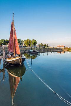 De haven van Laaxum in Friesland op een stille voorjaarsavond van Harrie Muis