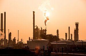 Olie raffinage tijdens zonsopkomst