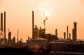 Olie raffinage tijdens zonsopkomst van Remy de Klein