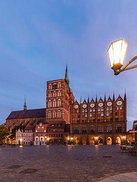 Oude markt in Stralsund 's avonds van Werner Dieterich
