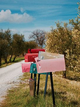 Iconisch Italiaanse oprijlaan met gekleurde vintage brievenbussen van Evy Bakker