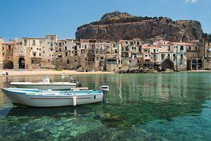 Oude stad Cefalu met haven, bootjes en stadsstrand in Sicilië