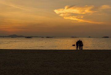 Trois personnes sur une plage en Thaïlande sur Andreas Marquardt