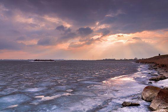 Zonlicht op ijs van het Markermeer