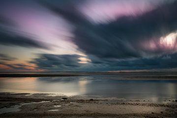 Zonsondergang met bewegende wolken sur Kim Bellen