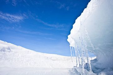 IJsgolf op het Baikalmeer, winterlandschap met ijspegels en blauwe lucht van Michael Semenov