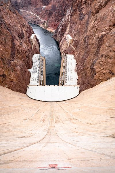 Over de rand. Hoover Dam USA van Remco Bosshard