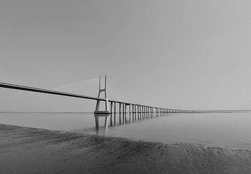 De Vasco da Gama Brücke in Lissabon von Tilly Meijer