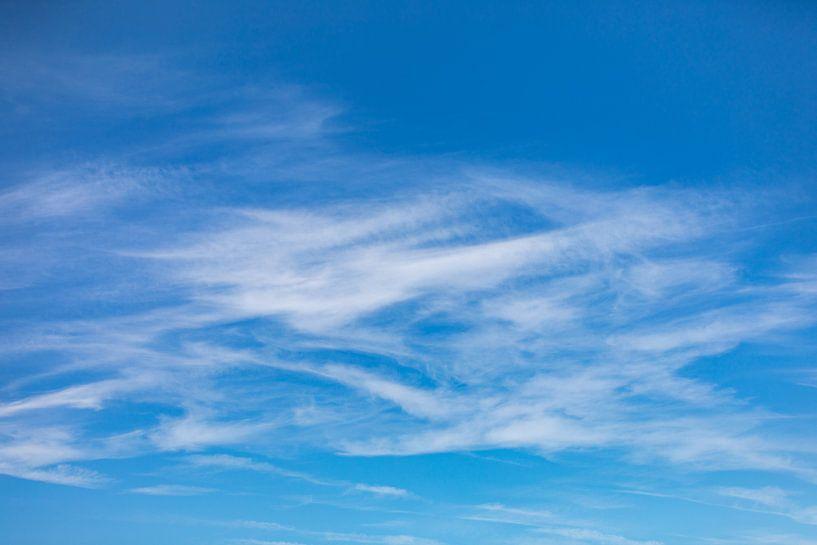 Sluierwolken tegen blauwe lucht van Percy's fotografie