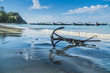 Anker op het strand van Ngapali, Myanmar van Annemarie Arensen