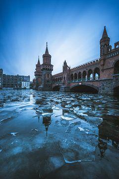 Berlin Oberbaumbrücke an einem Winterag von Jean Claude Castor