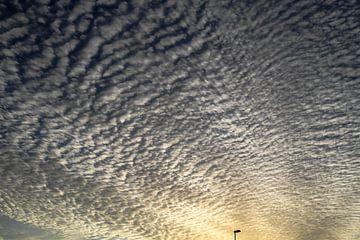 Wolken met minimaal lantaarnpaaltje van Anne Ponsen