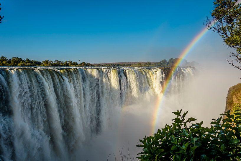 Regenboog over de Victoria waterval van Theo Molenaar