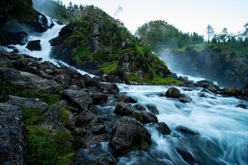 Waterval in schemering / Waterfall during twilight van Ellis Peeters