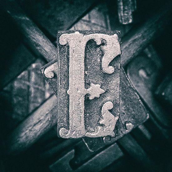 Letterbak, antieke E kapitaal